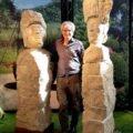 bildhauer Martin Wiese mit Stelen