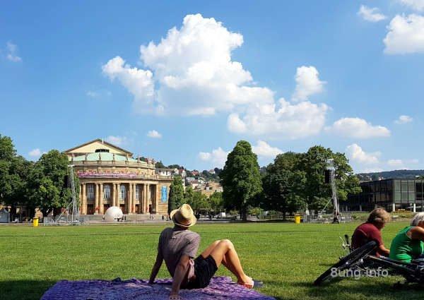 Oper in Stuttgart mit Liegewiese im Park