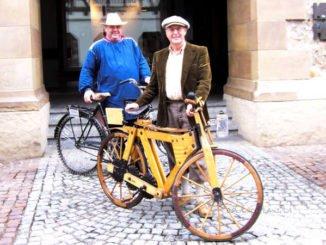 2 Radfahrer mit historischen Rädern