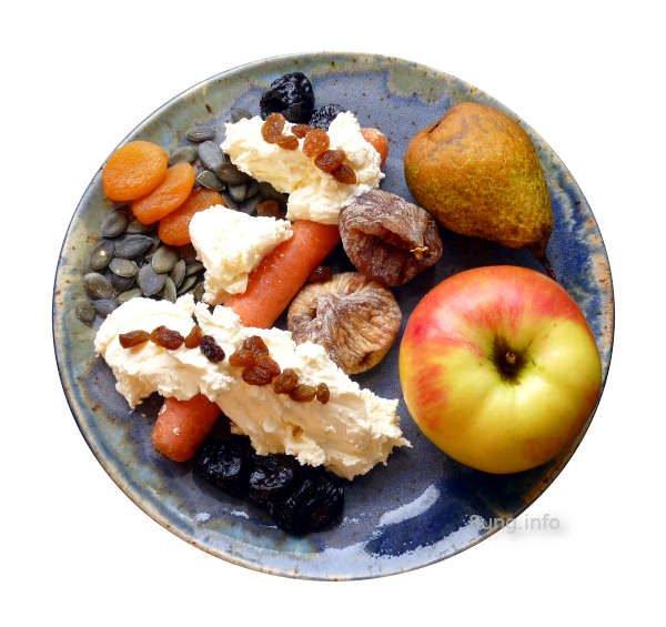 Apfel, Birne, Möhre, Trockenobst mit Rosinen und Kürbiskernen