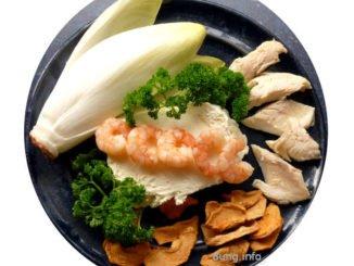 Chicorée, Garnelen, Forelle, Trockenapfel, Petersilie mit Frischkäse vor der Zubereitung