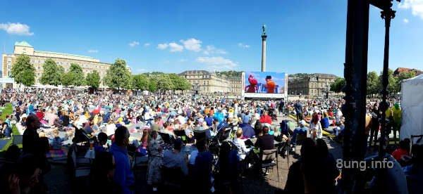 Zuschauer auf dem Schlossplatz beim trickfilmfestival