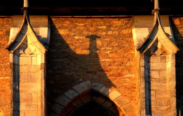 Kirchenmauer mit Schatten