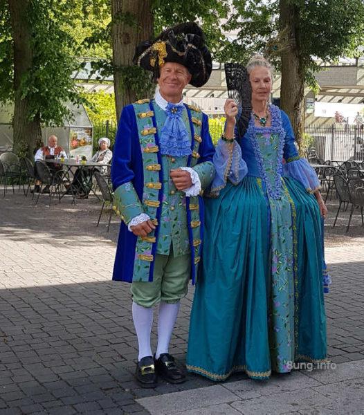 Paar in barocken blauen Kostümen