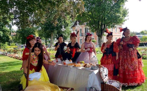 barocke Tanztruppe vor einer Speisetafel