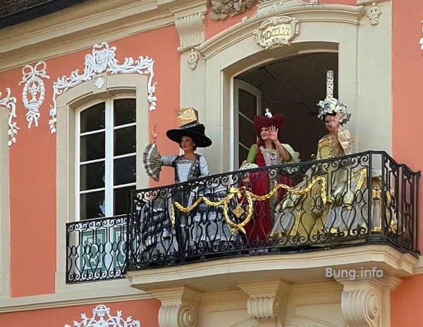 Rokokodamen auf dem Balkon