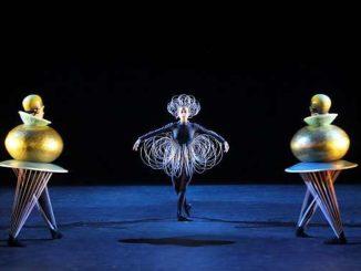 Drahtrock und Goldkugel im Triadischen Ballett von Oskar Schlemmer