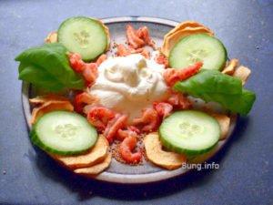 Zutaten für eine Frischkäsecreme mit Flusskrebsen, Gurke, Trockenapfel, Basilikum