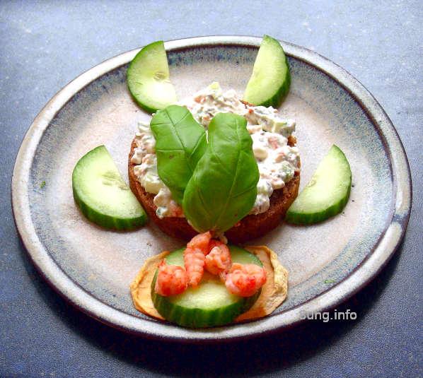 Frischkäsecreme mit Flusskrebsen, Gurke, Apfel und Basilikum auf Vollkornbrot