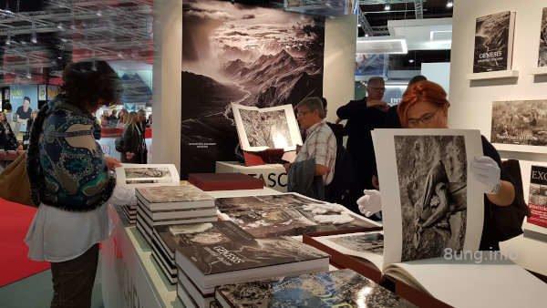 Riesen-Fotobücher und Riesenfotos an den Wänden auf der Buchmesse