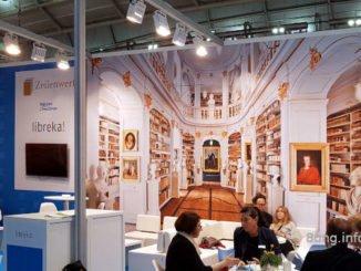 Anna-Amalia-Bibliothek als Hintergrund auf der Buchmesse