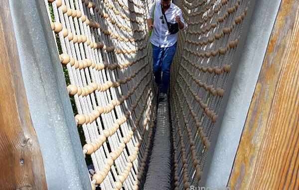 Gang durch die Hängebrücke