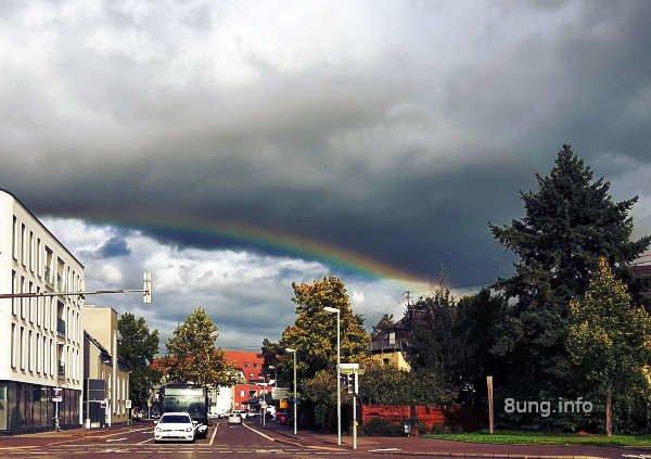 Dunkle Wolkenam Himmel, aber unten zeigt sich schon ein Regenbogen