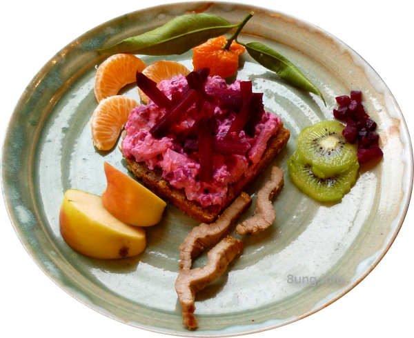 Dekoriert: Frischkäsecreme mit Rote Bete, Kalbfleisch, Kiwi, Mandarine, Apfel, Meerrettich