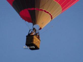 Ballonfahrt mit Leuten im Korb
