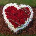 Blumenherz mit roten Rosen