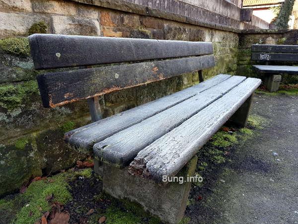Wetterprognose Mai 2020: alte Holzbank mit Raureif