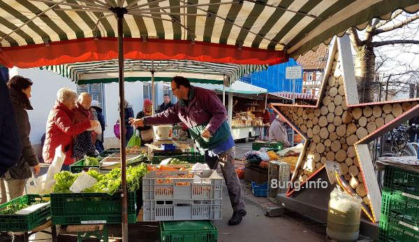 Wetterprognose Juni 2020: Marktstand mit Gemüse, Verkäufer und Kunden