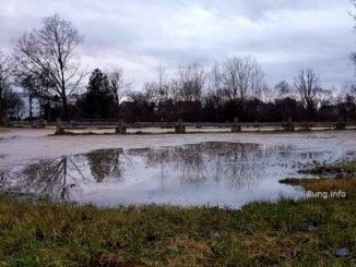 Riesenpfütze auf einem verwaisten Schwimmbadparkplatz