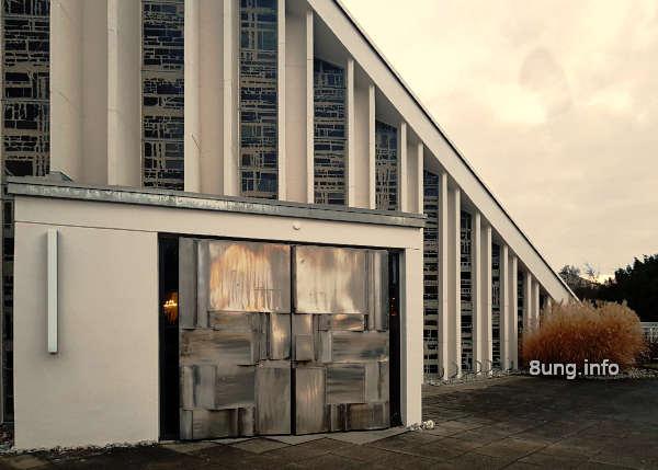 Wetterprognose Dezember 2020: Kirche bei Sonnenlicht im Regen