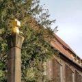 Golden glänzt das Kreuz, wenn die Sonne drauf scheint