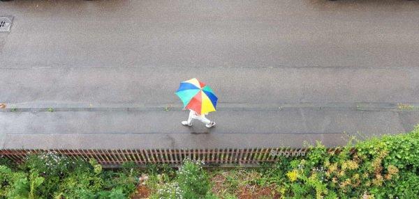 Wetter im Oktober 2020 - Bunter Regenschirm bei feuchtem Wetter