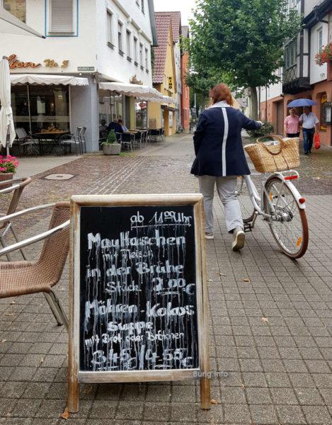 """""""Ab 11 Uhr Maultaschen"""" Schild im Regen"""