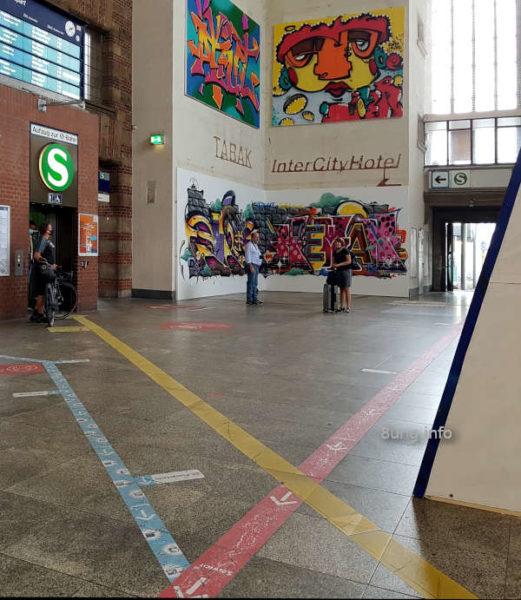 Graffiti im Bahnhof Stuttgart - kreuzweise Linien
