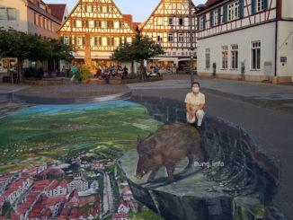 Straßenkunst mit Passantin