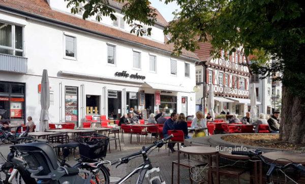 Wetter im Oktober 2020 - Gäste im Straßencafe