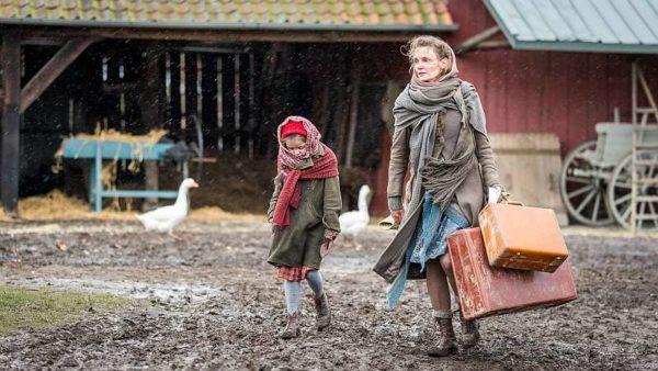 Altes Land: Die kleine Vera (Emilia Kowalski, l.) erreicht mit ihrer Mutter Hildegard von Kamcke (Birte Schnöink) nach einer abenteuerlichen Flucht über das Eis den zugewiesenen Hof im Alten Land.