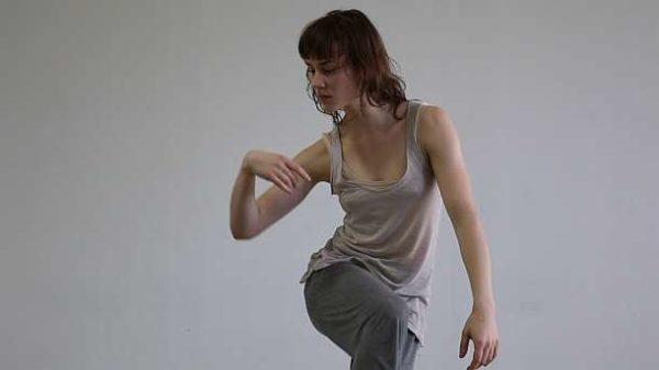"""Musik sichtbar machen – Sehen für Hörende, """"unnamed soundsculpture"""" Tänzerin Laura Keil, während sie zur Musik improvisiert"""