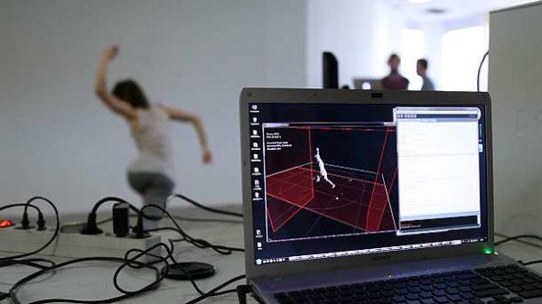"""Musik sichtbar machen – Sehen für Hörende, """"unnamed soundsculpture"""" - Bewegungen der Tänzerin werden ins Computerprogramm übertragen."""