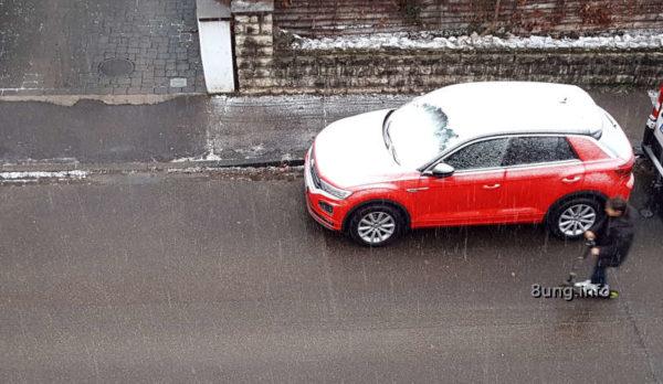 Wetter im Dezember - Kind mit Roller, rotes Auto 1