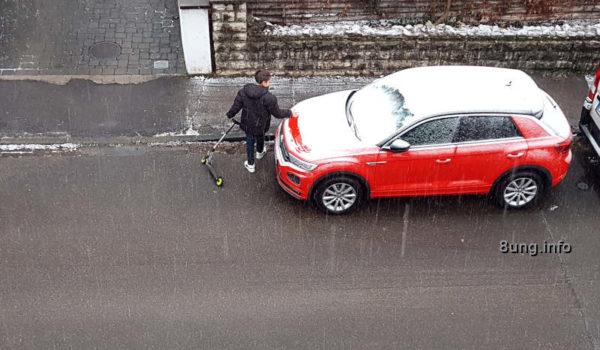 Wetter im Dezember - Kind mit Roller, rotes Auto 2