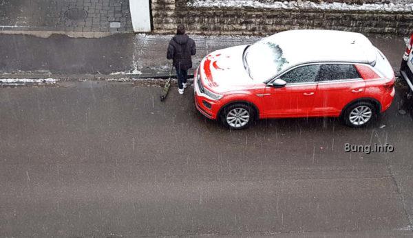 Wetter im Dezember - Kind mit Roller, rotes Auto 3