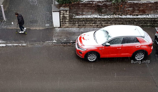 Wetter im Dezember - Kind mit Roller, rotes Auto 4