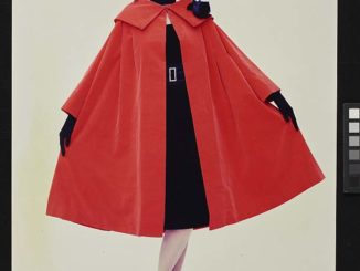 Modeaufnahme, rotes Cape, Walde Huth, 1956 © Deutsches Historisches Museum/ S. Ahlers / Archiv Schmölz+Huth - Heringson, Wuppertal