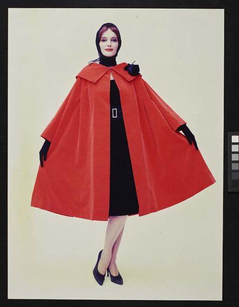 Das große Mode-Quiz. Modeaufnahme, rotes Cape, Walde Huth, 1956 © Deutsches Historisches Museum/ S. Ahlers / Archiv Schmölz+Huth - Heringson, Wuppertal