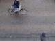 Wetter im august 2021 laut Rauhnächten - Radler und Fußgänger auf regennasser Straße