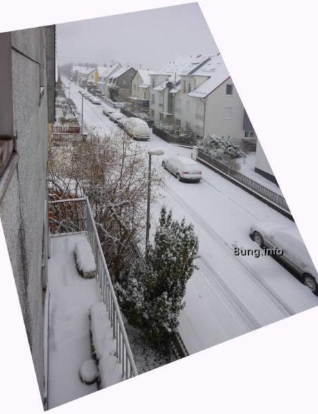 Monatswetter im Oktober 2021 - Blick aus dem Fenster auf die verschneite Straße