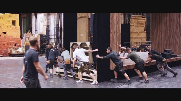 """""""Backstage Wiener Staatsoper"""": Bühnenarbeit – zwischen zwei Vorstellungen ist die Zeit oft knapp . © ZDF und ORF/Prisma Film"""