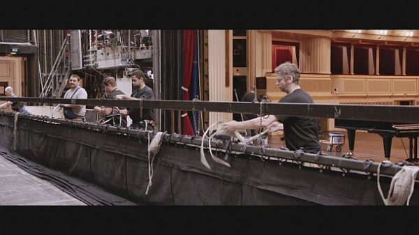 """""""Backstage Wiener Staatsoper"""": Arbeiten am Schnürboden. © ZDF und ORF/Prisma Film"""