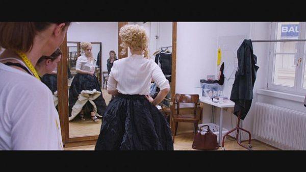"""""""Backstage Wiener Staatsoper"""": Anprobe von Maske und Kostüm © ZDF und ORF/Prisma Film"""