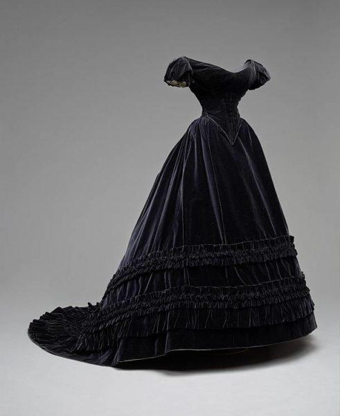 Fashion Live-Tour – Samtrobe, Charles Frederick Worth, um 1860, getragen von Kaiserin Elisabeth von Österreich © KHM-Museumsverband