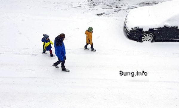 Wetter im Februar - Mann und 2 Kinder im Schnee