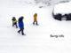 Mann und 2 Kinder im Schnee