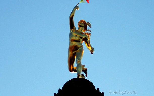 Goldener Götterbote mit Tulpenstrauss