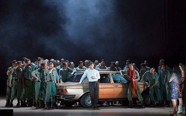 """""""Carmen aus der Wiener Staatsoper, 2021"""": Erwin Schrott (Escamillo) und Chor der Wiener Staatsoper © ZDF und ORF/Wiener Staatsoper/Michael Pöhn"""