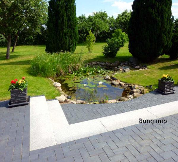 Kurzer Rasen, akkurate Terrasse im Garten eines Junggesellen